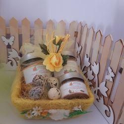 Cestino in paglia colorata con decoro Pasquale Confetture- Marmellate -delizie - nonnaconcetta.it Confezione regalo con mini pal